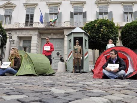 A képen PM-s politikusok tüntetnek a Sándor-palota előtt
