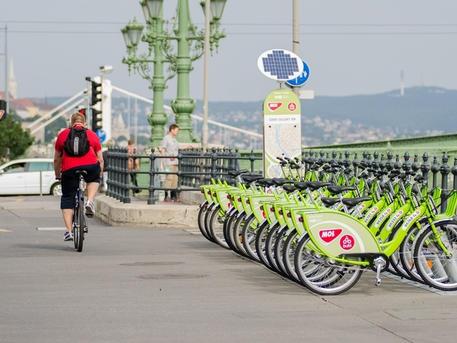 Kerékpározást és gyaloglást segítő beavatkozásokat próbál ki a Főváros