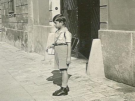 A kis Zwack Péter az Úri utca 45. számú ház előtt (forrás: ACG)