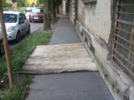 A Lovas úti rejtélyes szőnyeg (fotó: a Velvet olvasója)