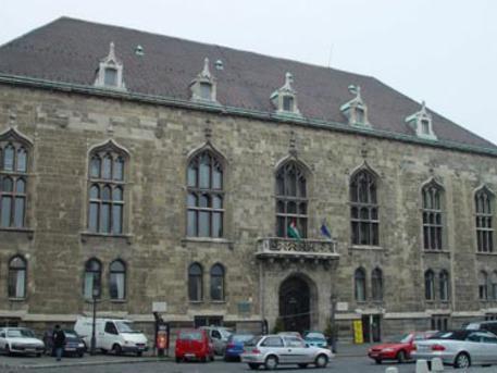 A volt pénzügyminisztériumi épület a Szentháromság téren, a II. világháború bombázásai után helyreállított állapotában