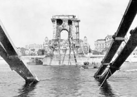 A kép csak illusztráció, a Lánchíd közvetlenül a világháború befejezése után